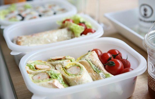 春のピクニックで、美味しいサンドイッチとおにぎりを作ってみよう