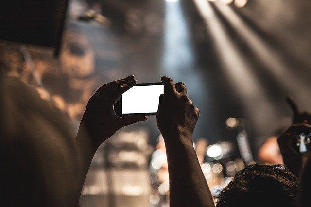 自撮りのコツは光にあった!大人の写真テクニックとは?